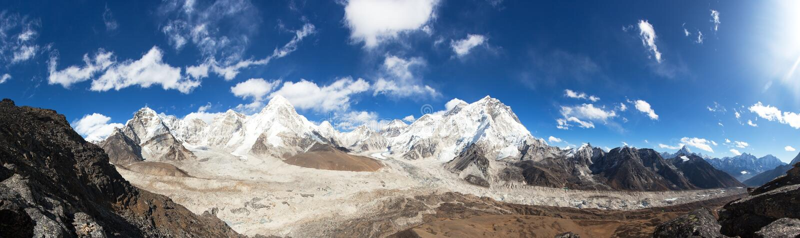 Panorama van Everest, Pumori, Kala Patthar en Nuptse met mooie wolken op hemel, Khumbu-vallei en gletsjer, Sagarmatha royalty-vrije stock foto