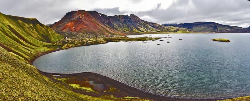 Panorama van Frostastadavatn-meer in Hooglanden van IJsland Het gebied van de Namshraunlava is bij linkerzijde stock foto