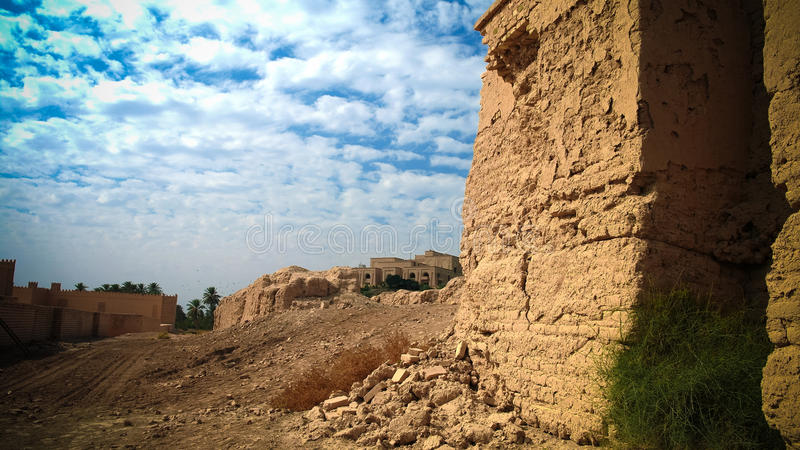 Panorama van gedeeltelijk herstelde Babylon-ruïnes en Vroeger Saddam Hussein Palace, Babylon Hillah, Irak stock foto's