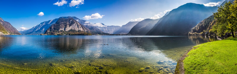 Panorama van glashelder bergmeer in Alpen stock afbeeldingen