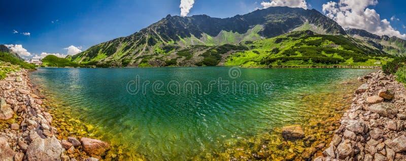 Panorama van glasheldere vijver in de Tatra-Bergen stock afbeeldingen
