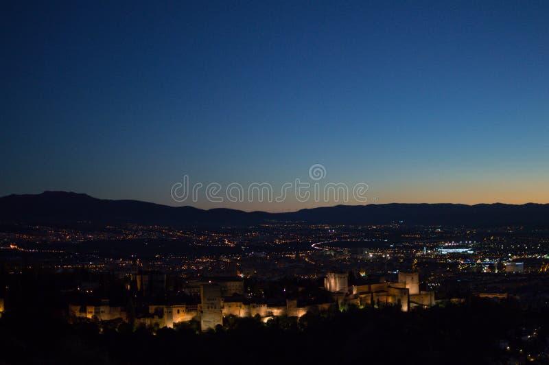 Panorama van Granada, Alhambra en Sierra Nevada met Nagloeiing s royalty-vrije stock fotografie