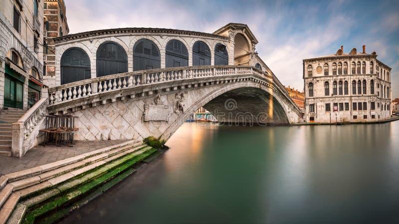 Panorama van Grand Canal en Rialto-Brug in de Ochtend, Venetië stock afbeelding