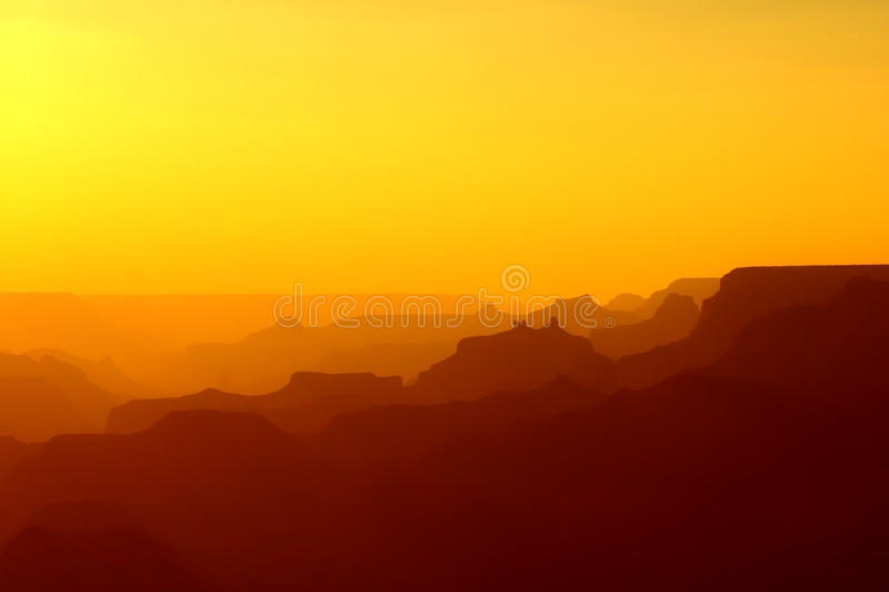 Panorama van Grand Canyon in gele en rode kleuren na zonsondergang royalty-vrije stock foto's