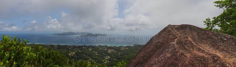Panorama van granietrots en de oceaan met het eiland van praslin stock foto