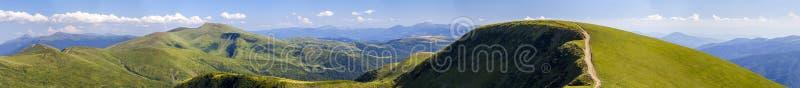 Panorama van groene heuvels in de zomerbergen met grintweg voor royalty-vrije stock foto's