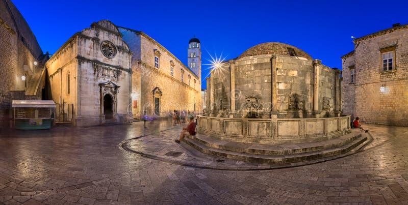 Panorama van Groot Onofrio Fountain en Heilige Verlosserkerk in Th stock foto