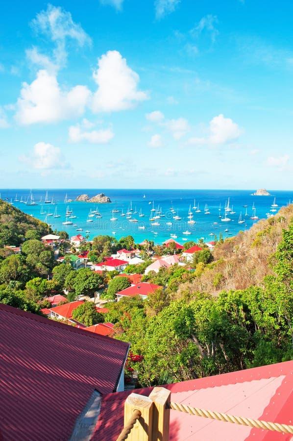 Panorama van Gustavia-haven van Corossol, heuvel, rode daken, St Barth, zeilboten wordt gezien die stock foto's