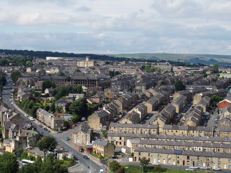 Panorama van Halifax in West-Yorkshire met rijen van de terrasvormige wegen van stratengebouwen en omringend platteland stock foto's