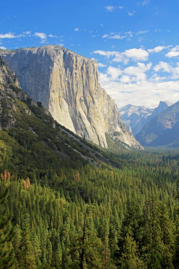 Panorama van Halve Koepel, Gr Capitan en andere bergen in het Nationale Park van Yosemite, Californië, de V.S. stock fotografie
