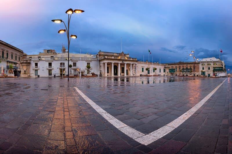 Panorama van Heilige George Square op de Regenachtige Ochtend, Valletta, stock foto's