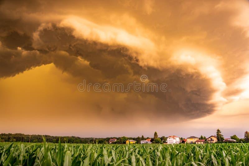 Panorama van het angst aanjagende donkere onweersbui naderbij komen stock fotografie