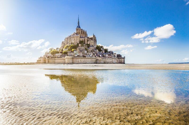 Panorama van het beroemde getijdeeiland van Le Mont Saint-Michel op a stock afbeeldingen