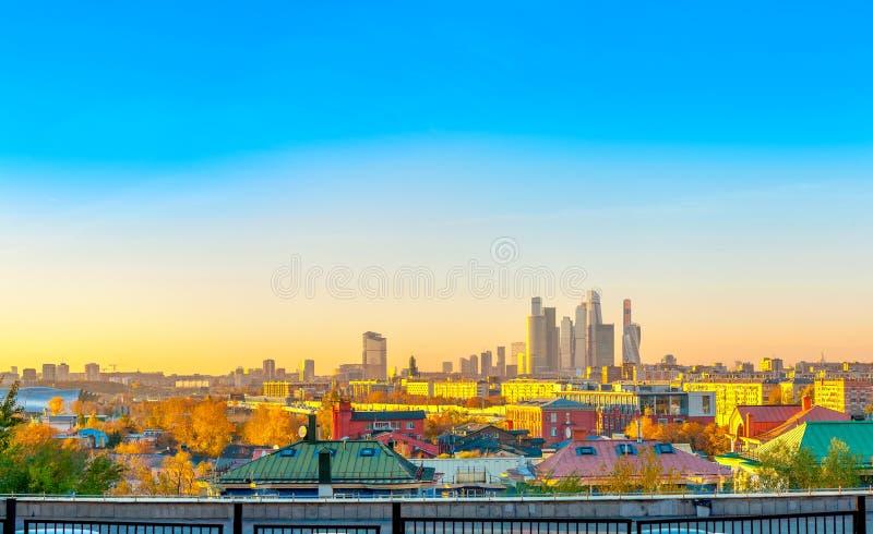 Panorama van het commerciële van Moskou centrum torenhoog over de stad bij zonsondergang royalty-vrije stock fotografie
