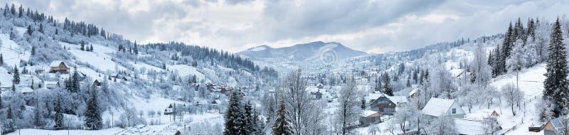 Panorama van het dorp in de de winterbergen royalty-vrije stock afbeeldingen