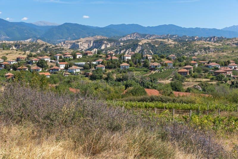 Panorama van het Dorp en de Wijnstokaanplantingen van Lozenitsa dichtbij Melnik-stad, Bulgarije royalty-vrije stock foto's