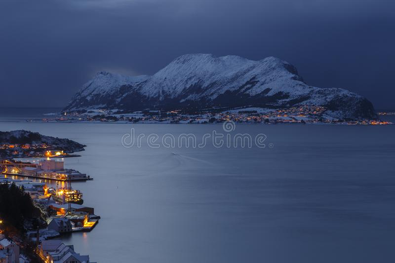 Panorama van het Godoya-Eiland 's nachts van Aksla-heuvel in Alesund royalty-vrije stock fotografie