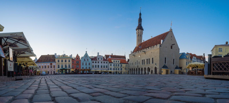 Panorama van het het stadhuis en Raekoja-vierkant, Tallinn royalty-vrije stock afbeelding