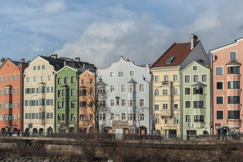 Panorama van het historische stadscentrum van Innsbruck met kleurrijke huizen langs Herbergenrivier en beroemde Oostenrijkse berg royalty-vrije stock foto's