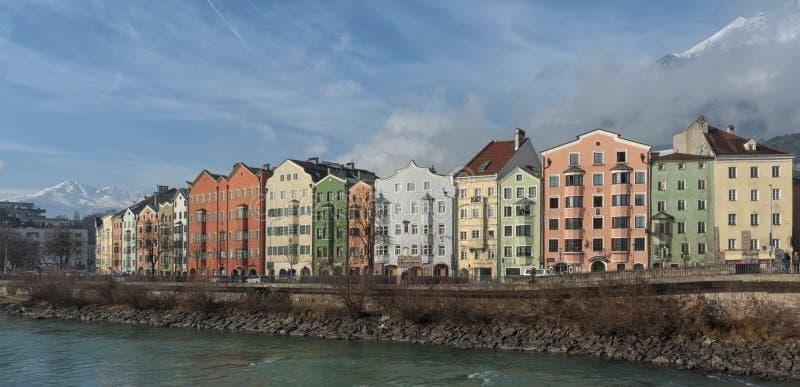 Panorama van het historische stadscentrum van Innsbruck met kleurrijke huizen langs Herbergenrivier en beroemde Oostenrijkse berg stock fotografie