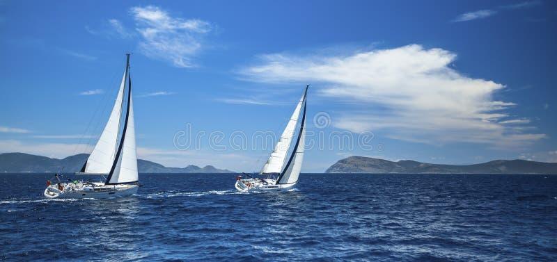 Panorama van het jachtras in de open zee sailing stock afbeeldingen