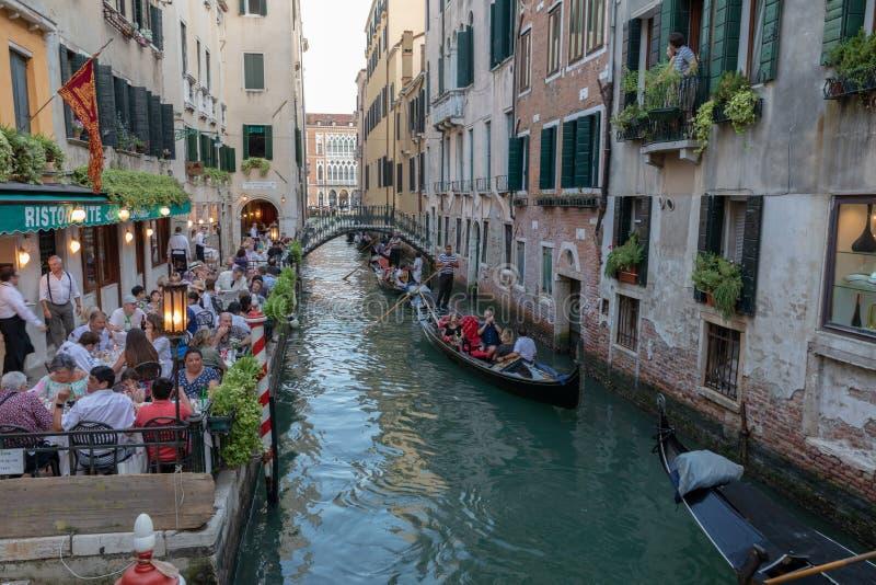 Panorama van het kanaal van Venetië met historische gebouwen en gondels stock foto