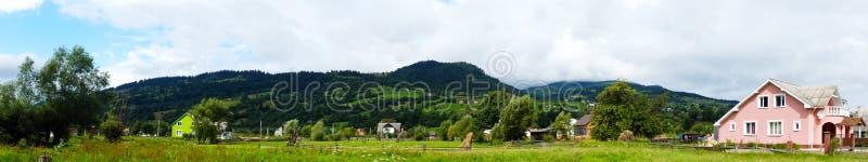 Panorama van het Karpatische dorp royalty-vrije stock foto's