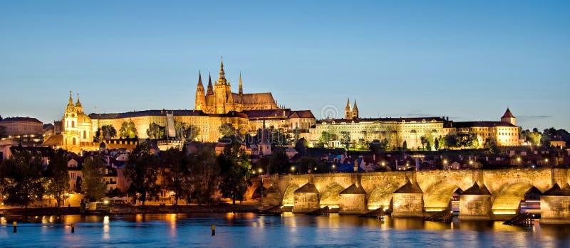 Panorama van het kasteel van Praag en Charles-brug 's nachts Tsjechische republiek stock foto's