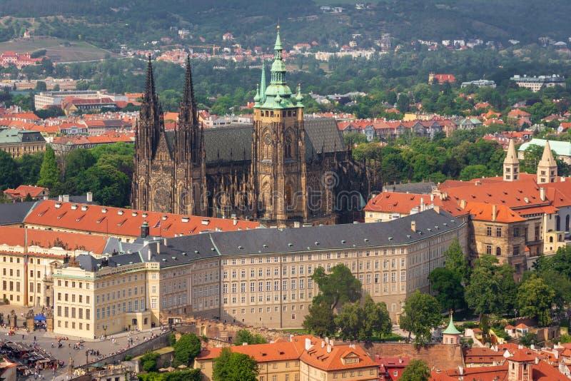 Panorama van het kasteel van Praag, St Vitus Cathedral en oude stad van hierboven, Tsjechische Republiek royalty-vrije stock foto