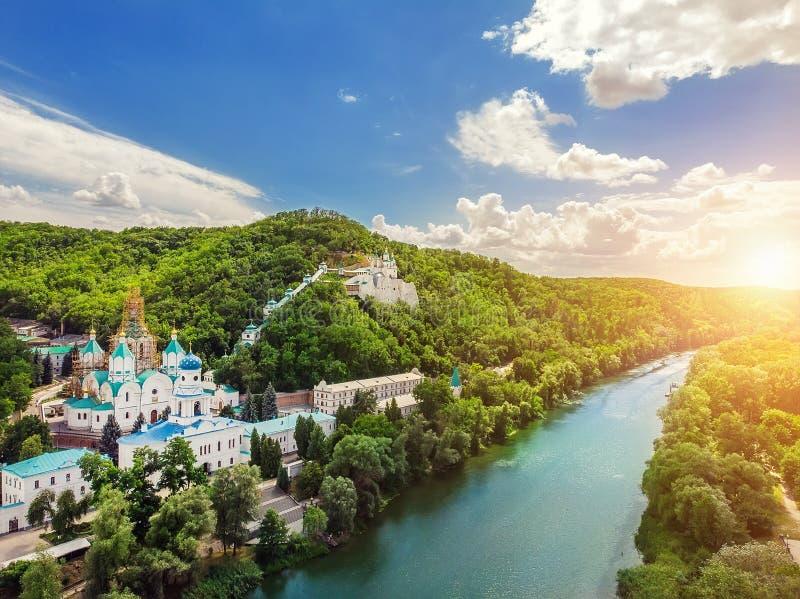 Panorama van het kloosterheuvels van Svaytogorsklavra het oude met de groene bos en rivier van Donets in Donbass, de Oekraïne  stock afbeelding