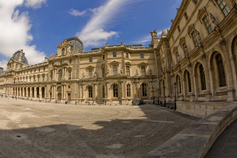 Panorama van het Louvre in Parijs stock afbeeldingen