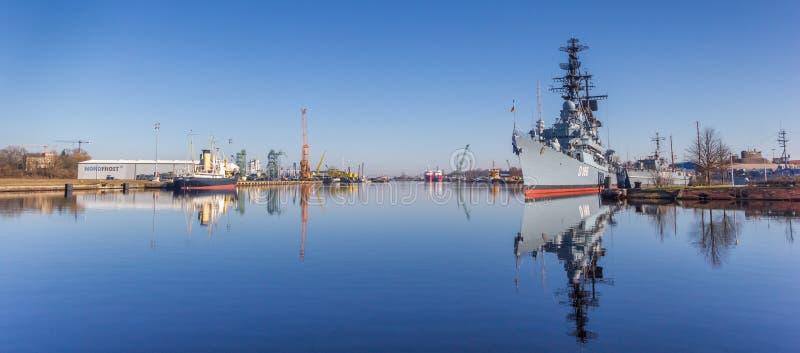 Panorama van het mariene oorlogsschip in de haven van Wilhelmshaven royalty-vrije stock foto's