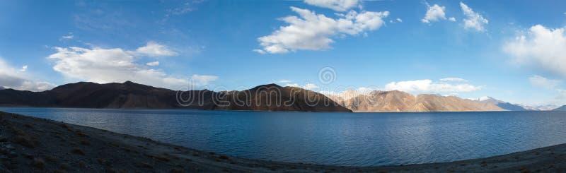 Panorama van het meer van Pangong tso in Ladakh, India Het wordt beschouwd als hoogste zout watermeer in de wereld met stock foto's