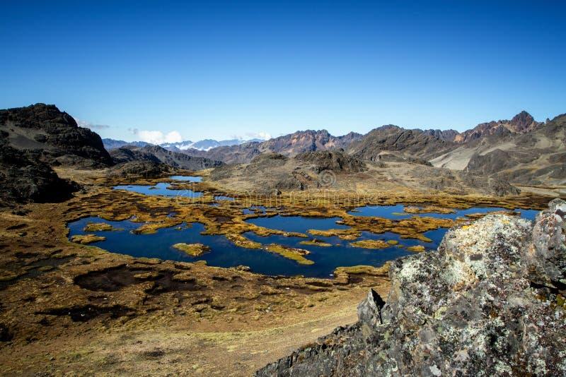 Panorama van het meer in spectaculair hooggebergte, Cordillera, de Andes, Peru royalty-vrije stock foto's