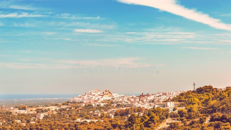 Panorama van het middeleeuwse witte dorp van Ostuni stock afbeeldingen