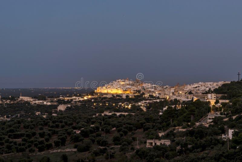 Panorama van het middeleeuwse witte dorp van Ostuni bij zonsondergang blauw uur stock foto