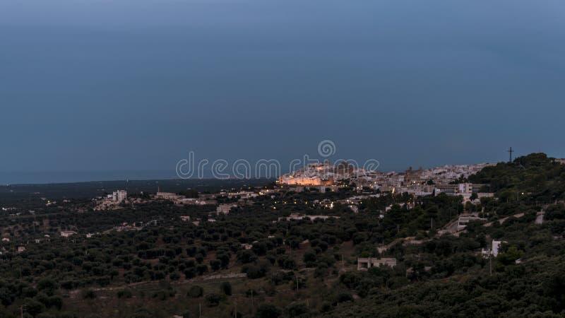 Panorama van het middeleeuwse witte dorp van Ostuni bij zonsondergang blauw uur stock afbeelding