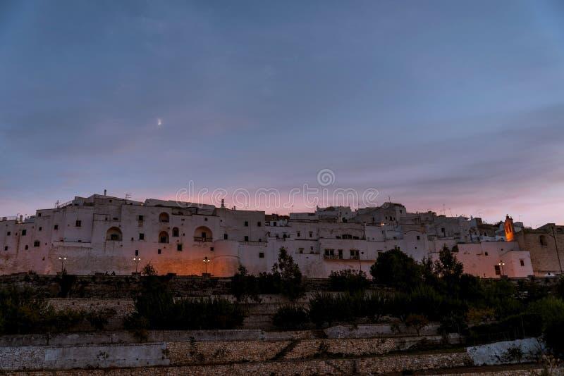 Panorama van het middeleeuwse witte dorp van Ostuni bij zonsondergang blauw uur royalty-vrije stock foto's