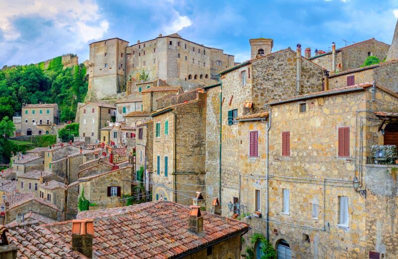 Panorama van het mooie middeleeuwse dorp van Sorano met een groot kasteel op een rots bij zonsondergang, Toscanië royalty-vrije stock afbeeldingen