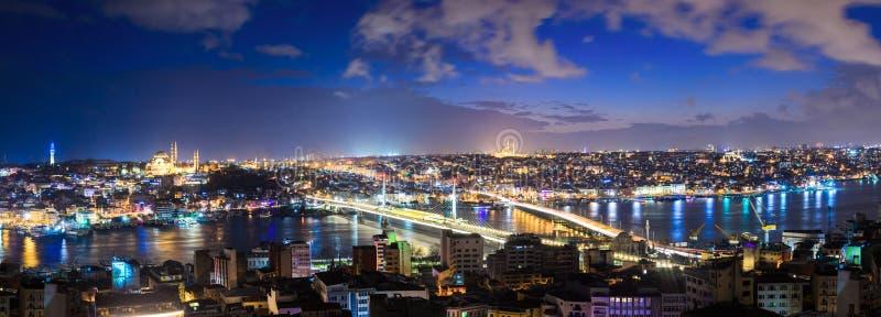 Panorama van het oude deel van Istanboel bij nacht royalty-vrije stock foto's