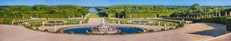 Panorama van het Park van Versailles - het Latona-Bassin met Grand Canal op de achtergrond stock foto's