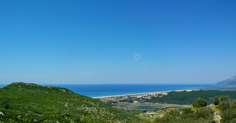 Panorama van het Patara-strand en de antieke ruïnes van Ly stock foto
