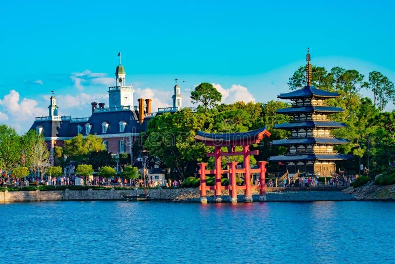 Panorama van het Paviljoen van Japan, Amerikaans Avonturenpaviljoen en blauw meer in Epcot in Walt Disney World royalty-vrije stock fotografie
