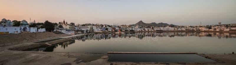 Panorama van het Pushkar-Meer bij zonsondergang, Pushkar, Rajasthan, India royalty-vrije stock afbeelding