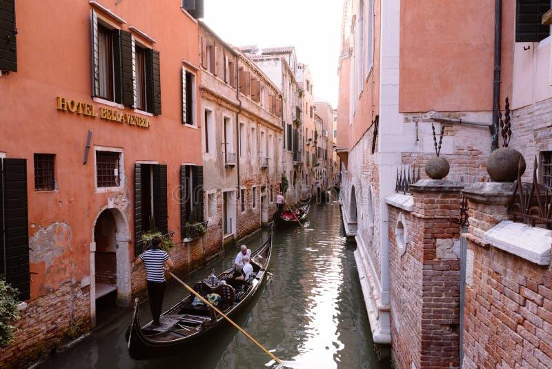 Panorama van het smalle kanaal van Veneti? met historische gebouwen en gondels royalty-vrije stock foto's