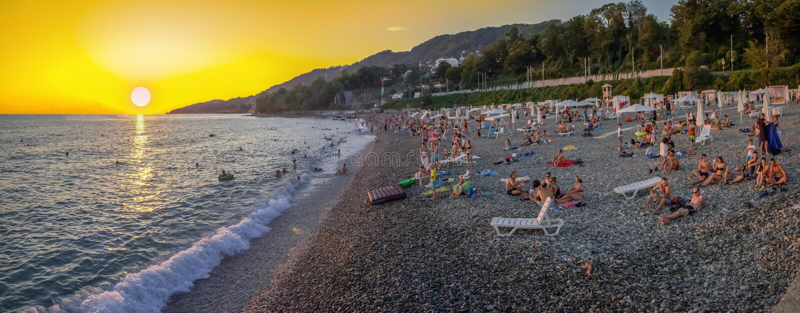 Panorama van het strand bij zonsondergang Microdistrict Mamaika, Sotchi, Rusland stock foto