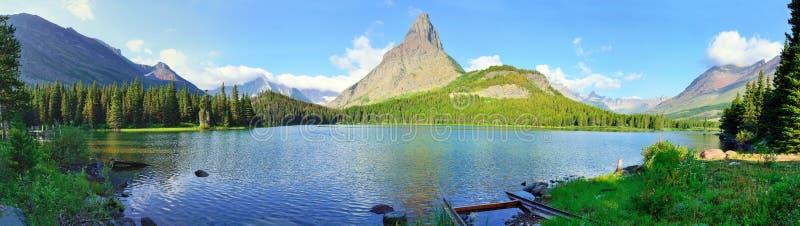 Panorama van het Swiftcurrent-meer in hoog alpien landschap op de Grinnell-Gletsjersleep, Gletsjer nationaal park, Montana royalty-vrije stock foto's