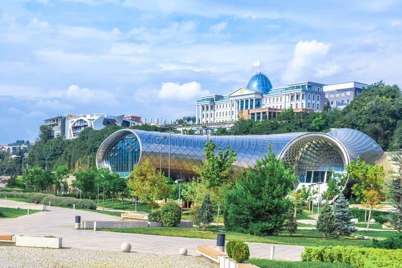 Panorama van het Theatertentoonstelling Hall In Summer Rike Park Tbilisi, Georgië van de Overlegmuziek Mooi nieuw park in de stad stock afbeeldingen