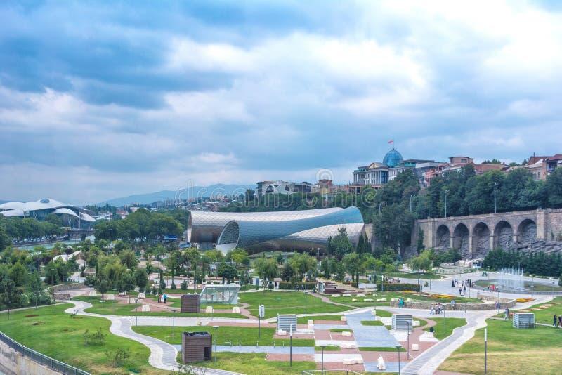Panorama van het Theatertentoonstelling Hall In Summer Rike Park Tbilisi, Georgië van de Overlegmuziek Mooi nieuw park in de stad royalty-vrije stock foto's