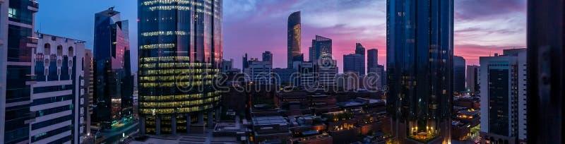 Panorama van het WTC-World Trade Center op een bewolkte tropische zonsondergang in Abu Dhabi wordt geschoten dat stock foto's